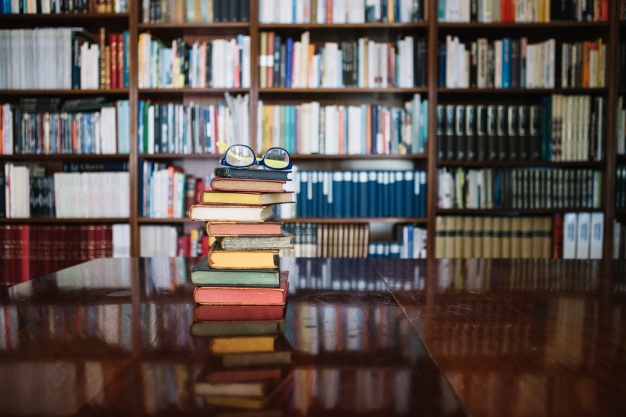 libros-antiguos-y-gafas-en-la-biblioteca_23-2147711456